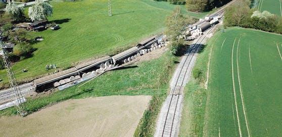 Vier Güterwaggons machten sich Freitagfrüh im Bez. Braunau selbstständig, rollten 30 km durch Oberösterreich und entgleisten in einer Linkskurve in Dietfurt. Die Strecke bleibt bis Donnerstag gesperrt. Die Aufräumarbeiten sind in vollem Gange.