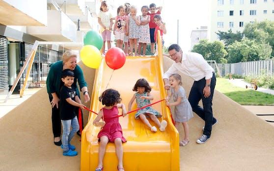 Kindergarten-Abteilungsleiterin Daniela Cochlar und Bildungsstadtrat Jürgen Czernohorszky (SPÖ) eröffneten den neuen Kindergarten in der Ehamgasse in Wien-Simmering.