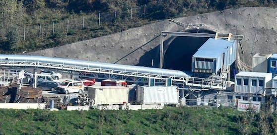 Die Rettungskräfte beim Eingang des Tunnels.