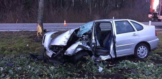 Das Auto wurde beim Unfall völlig zerstört.