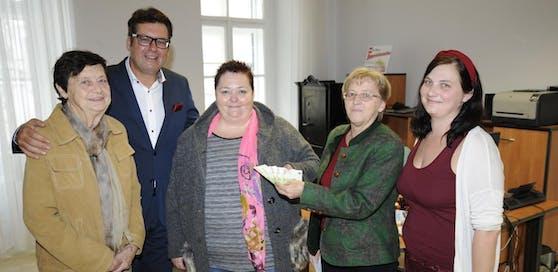 Denise Tiefenbacher, Helga Buder und Helga Brandstetter von den Kinderfreunden übergaben mit Stadtrat Laimer die Spende an Frau Marchart (mitte).