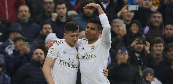 Luka Jovic beim Torjubel mit Casemiro. Im Jänner durften die Real-Stars noch kicken. Inzwischen wurde ihnen wegen des Coronavirus eine Zwangspause verordnet.