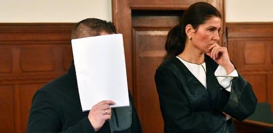 André S. steht am 02.03.2017 in Berlin in einem Gerichtssaal im Landgericht neben seiner Verteidigerin Nicole Bedé. Der alte Angeklagte soll als Leiter eines Supermarktes in Berlin-Lichtenberg einen obdachlosen Dieb zusammengeschlagen und derart verletzt haben, dass der Mann drei Tage später starb. (zu dpa «Supermarkt-Chef nach tödlicher Attacke auf Ladendieb vor Gericht» vom 02.03.2017) Foto: Paul Zinken/dpa +++(c) dpa - Bildfunk+++