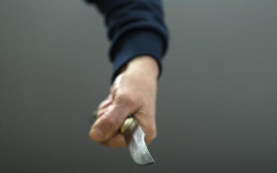 Einer der Täter hielt ein Messer in der Hand (Symbolbild)