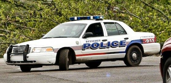 Die Beamten legten dem Verdächtigen die Handschellen an.