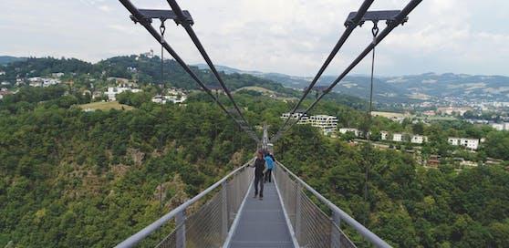 500 Meter lang und 110 Meter hoch: die neue Linzer Hängebrücke. Doch: Bayern plant eine noch höhere und längere.