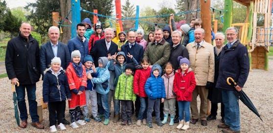 Mit zahlreichen Ehrengästen und vielen Kindern wurde der große Spielplatz mit dem höchsten Spielturm eröffnet.