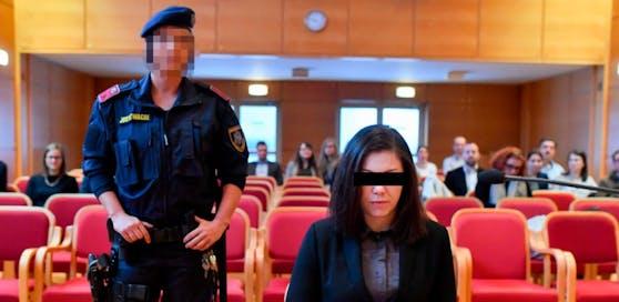 Die Beschuldigte saß mit finsterer Mine vor der Richterin.