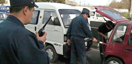 Usbekische Polizisten bei einer Verkehrskontrolle