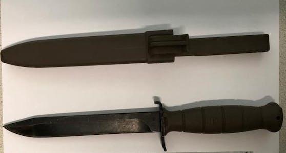 Der Verdächtige wurde festgenommen und die Tatwaffe, ein 17 cm großes Feldmesser, sichergestellt.