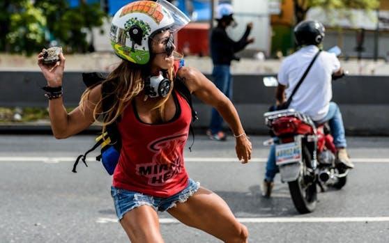 Unter den 5.000 Demonstranten in Carracas: Model Caterina Ciarcelluti (44). Credit: AFP
