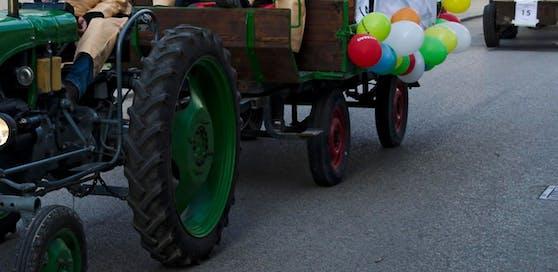 Der Bub wurde vom Hinterreifen des Traktoranhängers erfasst und überrollt.
