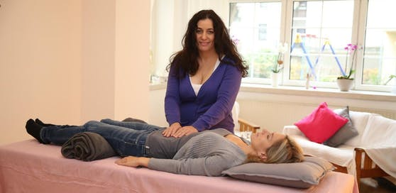 Human-Energetikerin Christine Bankler mit Klientin Beatrix K.