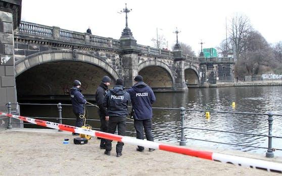 Taucher der Hamburger Polizei bargen jetzt einen abgetrennten Frauenkopf. In den Gewässern der Stadt wurden bis heute insgesamt elf Leichenteile entdeckt. Sie sollen von einer getöteten Prostituierten (48) stammen.