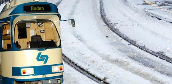 Der Mann kam im Schneetreiben unter die Badner Bahn.