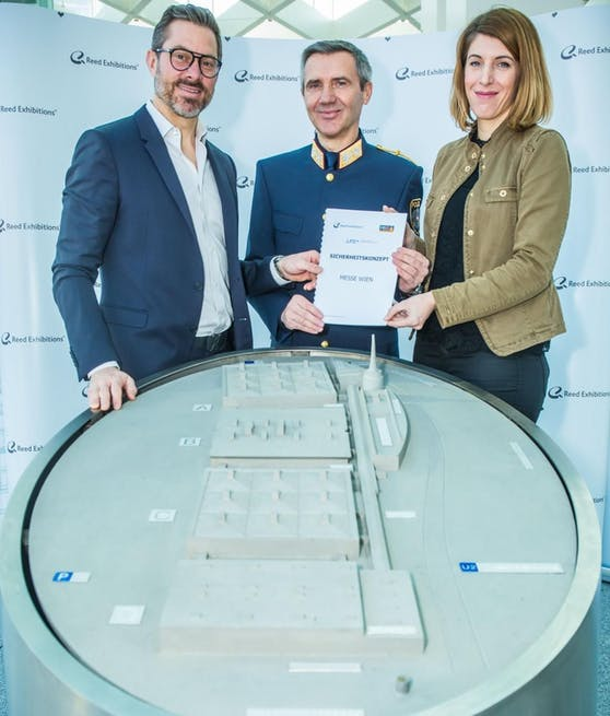 (v.l.n.r.) Benedikt Binder-Krieglstein (CEO Reed Exhibitions), Franz Eigner (Polizeivizepräsident LPD Wien), Katharina Weishaupt (MBG-Geschäftsführerin)