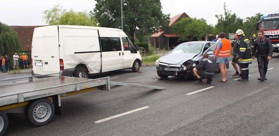 Crash im Kreuzungsbereich: Kleinlaster stieß gegen Pkw.