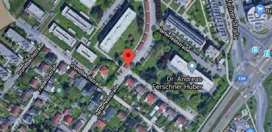In der Harterfeldstraße wurde eine 72-jährige Frau vom Paketauto erfasst und mitgeschleift. Sie verstarb noch an Ort und Stelle.