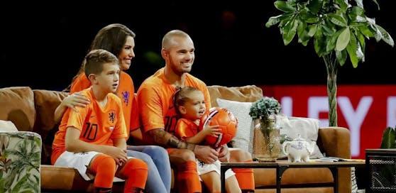 """Wesley Sneijder und seine Familie wurde zum Abschied in der Mitte der Johan-Cruyff-Arena ein eigenes """"Wohnzimmer"""" errichtet."""