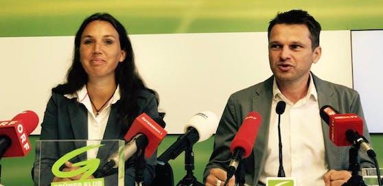 Grüner Klubchef Albert Steinhauser stellt neue Kandidatin Ulli Fischer vor.
