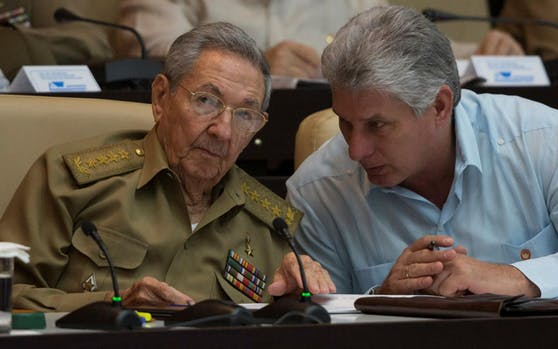 Raul Castro (l.) hat das Präsidentenamt an seinen bisherigen Ersten Vizepräsidenten Miguel Diaz-Canel übergeben.