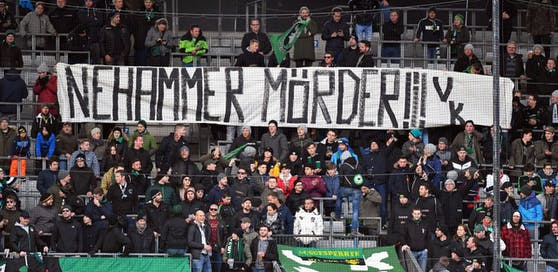 Die Fans von Wacker Innsbruck attackieren ÖVP-Innenminister Karl Nehammer.
