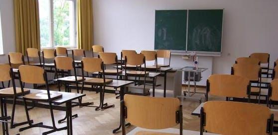 Der Lehrer soll von den Schülern gefordert haben, mit dem Hitlergruß aufzuzeigen. (Symbolbild)