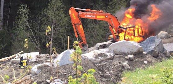 Hier brennt der 25-Tonnen-Bagger ab.