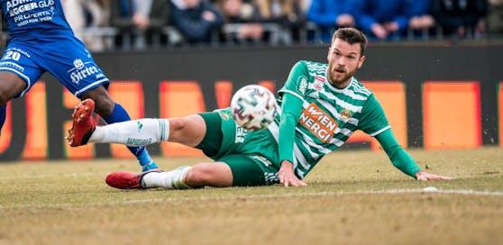 Barac macht den Test: Mit einem grünen Rasen hat das Spielfeld in Hartberg nur am Rande zu tun.