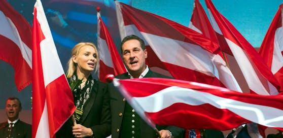Heinz-Christian Strache und seine Ehefrau Philippa, hier beim Wahlkampfauftakt der FPÖ in Wels zur Nationalratswahl 2017.