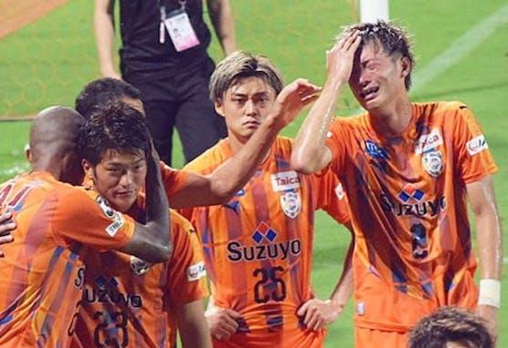 Innenverteidiger Yugo Tatsuta, so wie Kitagawa Eigenbauspieler im Klub und selbst Neo-Nationalspieler, brach vor 15.000 Fans in Tränen aus, heulte Rotz und Wasser.