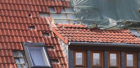 Der Tiroler hat das Gleichgewicht verloren und ist vom Dach gefallen. (Archivfoto)