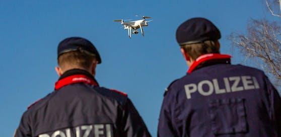 Per Polizei-Drohne wurden die Pakete in einem wenige Kilometer entfernten Waldstück gefunden. (Symbolbild).