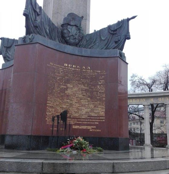 Das Denkmal der Roten Armee am Schwarzenbergplatz wurde Opfer eines Vandalismusaktes.
