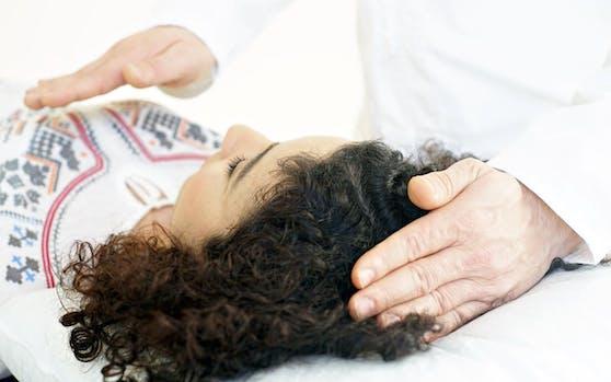 Magnetiseure arbeiten mit ihren angeblich heilenden Händen mit Personen, die sich ihnen anvertrauen. Symbolbild