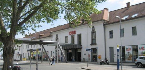 Am Bahnhofsvorplatz in Krems entdeckte der Dieb den laufenden Pkw.