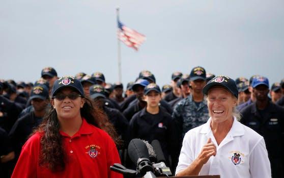 """Alles erlogen? Jennifer Appel (re.) und Tasha Fuiava bedanken sich an Bord der """"USS Ashland"""" bei ihren Rettern. Doch an ihrer angeblichen Irrfahrt bestehen jetzt Zweifel."""