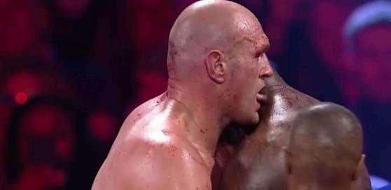 Leckt Tyson Fury hier das Blut seines Gegners?