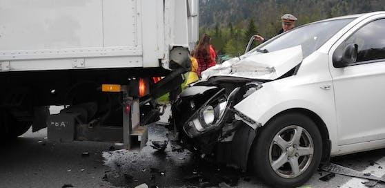 Die Frau wurde mit ihrem Wagen unter den Lkw geschoben.