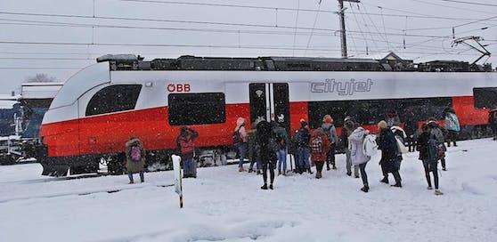 Unterrichtsfrei auch für Schüler in Ebensee. Sie durften mit dem Zug wieder heim fahren.
