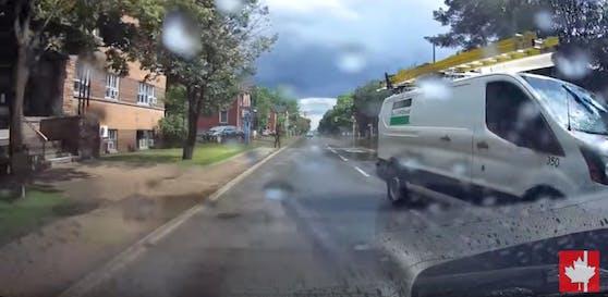 Diese Szene führte zur Entlassung: Am Ende des Clips ist das Firmenlogo am Van zu erkennen.