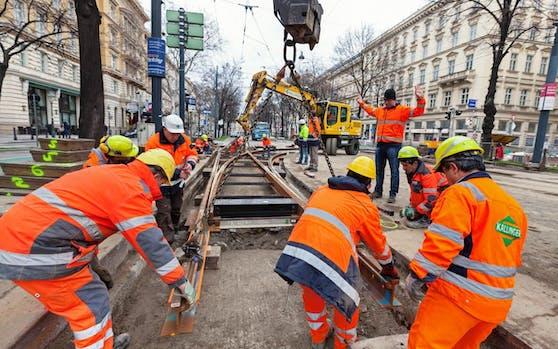 Damit die Wiener Bims problemlos in die Zukunft rollen können, tauschen die Wiener Linien regelmäßig die Gleise aus. Allein heuer werden an 40 Stellen rund 9.000 Meter verlegt. (c) Wiener Linien/Manfred Helmer