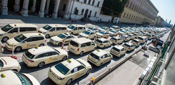 Taxis in München: Hier ein Protest gegen den Fahrdienst UBER am 15.11.2018