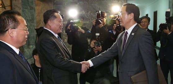 Die Wiedervereinigungsminister aus Nordkorea Ri Son Gwon (li). und Südkorea Cho Myoung-gyun (re.) hatten sich Ende März zu Vorgesprächen getroffen.