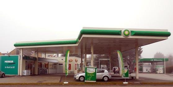 An einer BP-Tankstelle bedrohte der Welser die Beamten.