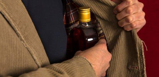 Außer einer Flasche Schnaps ließen die Einbrecher nichts mitgehen.