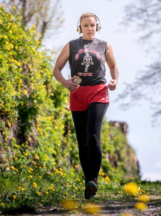 "Nina Proll, Botschafterin des Wings for Life World Run, trainiert mit der zugehörigen ""Wings for Life World Run""-App."