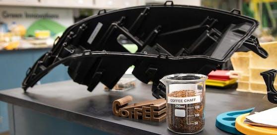 Ein Scheinwerfergehäuse, das zum Teil aus Kaffeebohnen besteht.