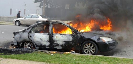 Ein Jugendlicher stieg in einen Wagen, obwohl dieser brannte, und fuhr damit weiter. (Symbolbild)