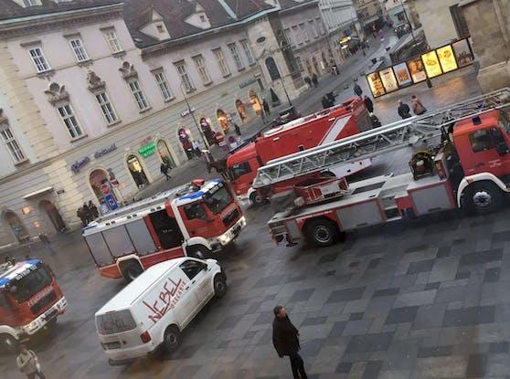 Mehrere Fahrzeuge der Wiener Berufsfeuerwehr rückten am Mittwoch Vormittag zur Goldschmiedgasse aus.